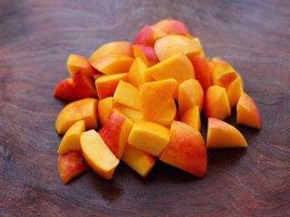 醪糟蛋花汤,黄桃洗净后,用刀切成小块。