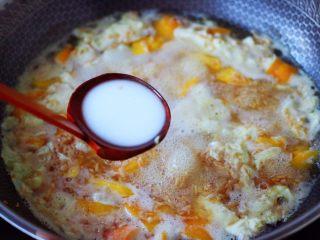 醪糟蛋花汤,这个时候倒入木薯淀粉勾芡。