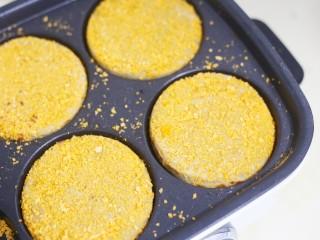 香醇可口的香芋饼,另一面撒上面包糠煎至金黄。