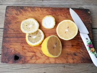 柠檬薏米水,柠檬用陶瓷刀切薄片。(最好不要用金属刀切水果,水果中的酸碱盐等电解质会加速金属的化学反应,使金属锈易生锈斑)