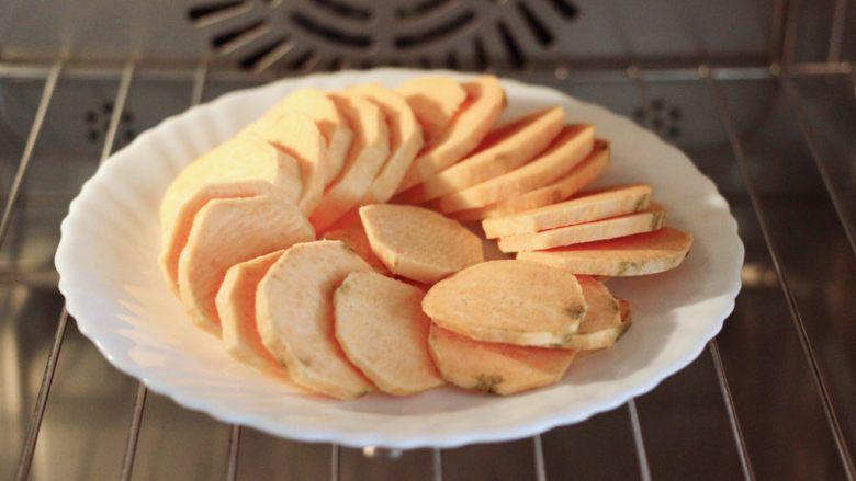 三色黎麦红薯华夫饼,把<a style='color:red;display:inline-block;' href='/shicai/ 2585'>红薯</a>洗净后去皮,用刀切成薄片,放到蒸烤箱里蒸15分钟。