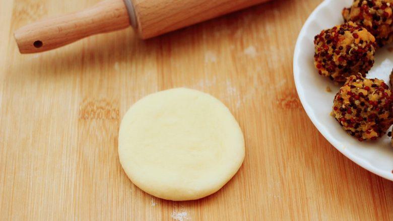 三色黎麦红薯华夫饼,把松弛好的面团,用擀面杖擀成圆形面饼。