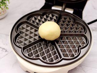 三色黎麦红薯华夫饼,把华夫饼机提前预热后,把做好的面团放入华夫饼机中。