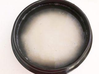 宝宝爱吃的海鲜砂锅粥,加入冷水浸泡15分钟,水量与大米的比例是4:1