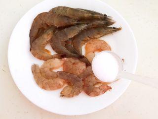 宝宝爱吃的海鲜砂锅粥,在处理好的虾清洗干净,然后加入精盐