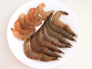宝宝爱吃的海鲜砂锅粥,再把另外7只海青虾剥去外皮