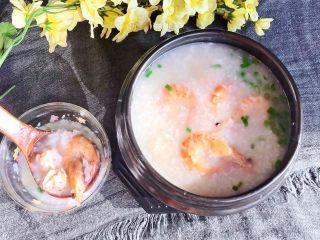 宝宝爱吃的海鲜砂锅粥,宝宝爱吃的海虾粥出锅了,味道鲜美,营养丰富~
