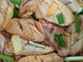 咸蛋黄鸡翅,将腌料与鸡翅搅拌均匀,腌制半小时入味