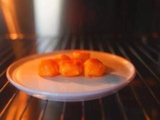 咸蛋黄鸡翅,把咸蛋黄放进烤箱,180度,上下火,烤8分钟(也可以把咸蛋黄放蒸锅蒸熟)