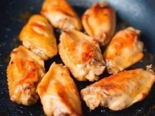 咸蛋黄鸡翅,中小火,将鸡翅两面各煎4-5分钟,表面上色