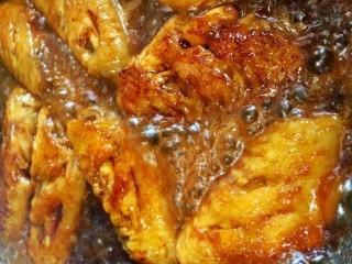 咸蛋黄鸡翅,锅里倒入一点点清水,盖上盖子,焖5分钟左右