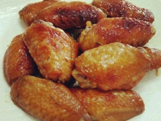 咸蛋黄鸡翅,鸡翅煎好后先放在盘子里