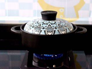 海浮鱼冬瓜冻豆腐煲,盖上锅盖大火烧开后,转小火继续慢慢炖煮10分钟左右。