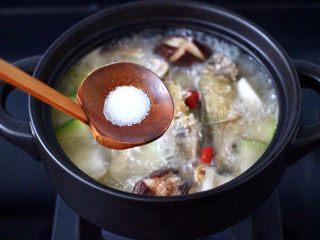 海浮鱼冬瓜冻豆腐煲,根据个人口味,加入适量的盐调味。