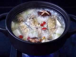 海浮鱼冬瓜冻豆腐煲,看见砂锅中的汤汁慢慢变白,变得越来越浓稠的时候。