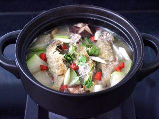 海浮鱼冬瓜冻豆腐煲,大火烧开后,撒上香菜段即可关火。