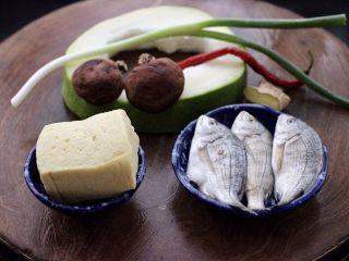 海浮鱼冬瓜冻豆腐煲,首先备齐所有的食材,冻豆腐提前从冰箱拿出来解冻,干香菇提前泡发好洗净。