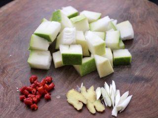 海浮鱼冬瓜冻豆腐煲,冬瓜去籽后洗净,用刀切成块,红椒切丁,姜切片,葱切丝。