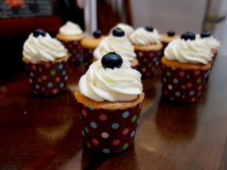 酸奶戚风纸杯蛋糕,可以裱成自己喜欢的形状,我依然用的8齿菊花嘴,我真的很喜欢它,挤出的形状很漂亮;