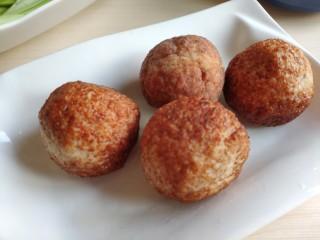 """一颗有""""内涵""""的莲藕丸子,炸好的丸子可以直接切盘吃,也可以二次红烧、蒸制或者炖汤都可以。"""