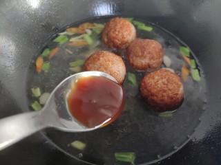 """一颗有""""内涵""""的莲藕丸子,加入蚝油、生抽、胡椒粉、盐、糖烧开。"""