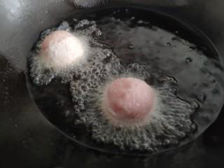 """一颗有""""内涵""""的莲藕丸子,做好的丸子放入油锅炸至表面金黄,先定型后捞出,再复炸一次。"""