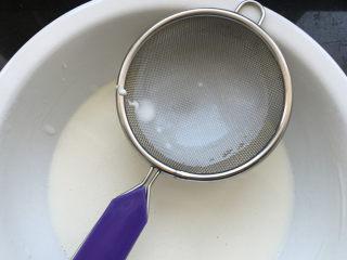 莲蓉蜜豆冰皮月饼,将搅拌好的面糊进行过筛。