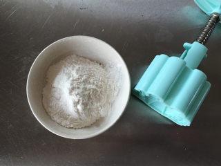 莲蓉蜜豆冰皮月饼,准备好手粉和模具。
