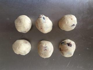 莲蓉蜜豆冰皮月饼,分割成每个25克,揉圆。