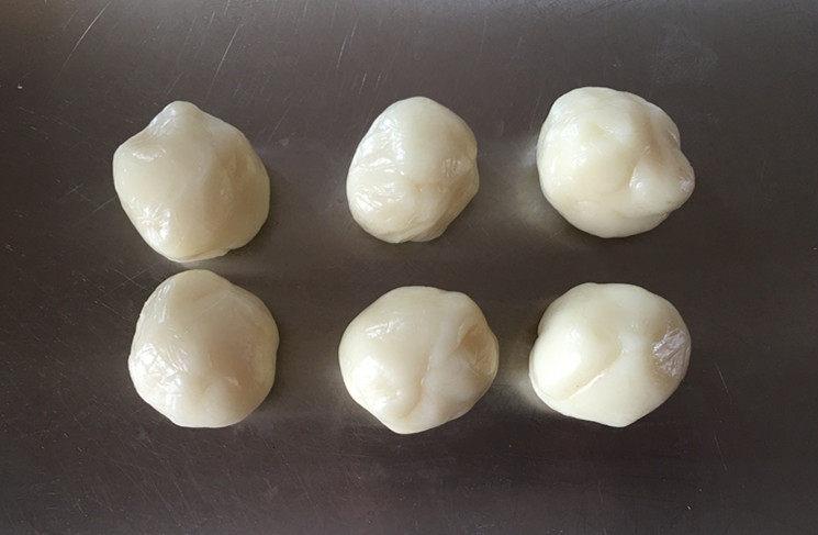 莲蓉蜜豆冰皮月饼,将冰皮分割成每个25克。(我制作的是50克的月饼,习惯于皮馅各25克)