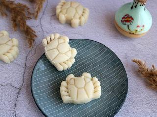 莲蓉蜜豆冰皮月饼,将冰皮月饼放入保鲜盒,放入冰箱,冷藏3至4小时后即可食用。