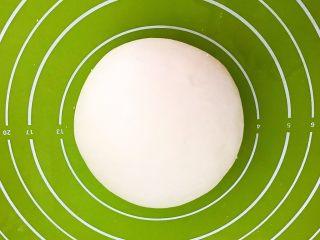 腐乳葱香饼,揉成光滑的面团,盖上保鲜膜静,饧面20分钟