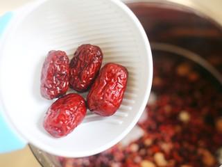 奶香红豆薏米杂粮粥,加入红枣。