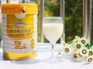 奶香红豆薏米杂粮粥,提前冲泡好奶粉。