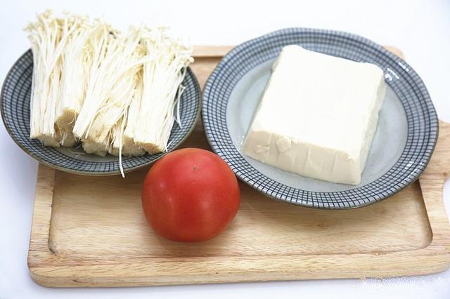番茄豆腐汤,准备好所需食材;