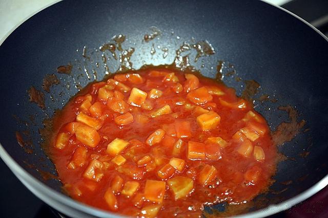 番茄豆腐汤,锅中倒入少许油,油热后把葱末放入锅中煸炒香味;把西红柿放入锅中煸炒均匀,然后放入2勺<a style='color:red;display:inline-block;' href='/shicai/ 699'>番茄酱</a>翻炒均匀;