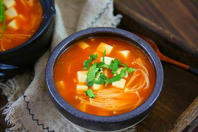 番茄豆腐汤,出锅,盛入碗中。