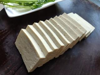 铁板豆腐,豆腐一块切成长方形的豆腐块,厚度大约一厘米左右。