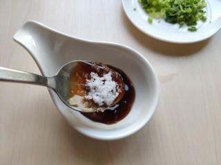 铁板豆腐,加入少许白糖。口味淡的生抽就不要加了,怕不咸就加少许生抽。 搅拌均匀。若是酱料很稠,可加入一点点水,注意水不要加多。