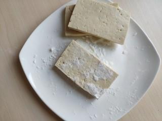 铁板豆腐,往切好的豆腐块上撒少许玉米淀粉,个人觉得这样煎好的豆腐吃起来更嫩滑。不喜欢加淀粉的这部略去。