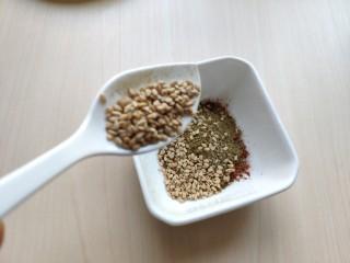 铁板豆腐,加入少许熟芝麻拌匀。