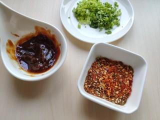 铁板豆腐,准备好的料放一边备用。