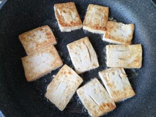 铁板豆腐,中小火煎至豆腐两面微黄。