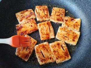 铁板豆腐,刷上调好的酱料。