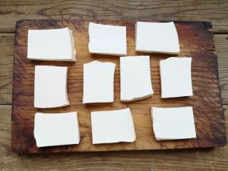铁板豆腐,豆腐切成厚片。