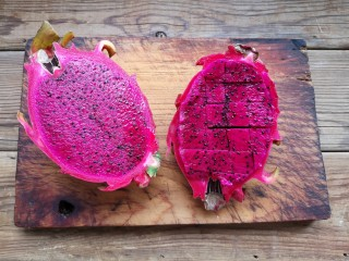 火龙果椰蓉奶冻,火龙果洗净对半切开,取其中一半切小块。