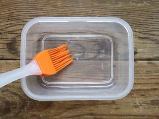 火龙果椰蓉奶冻,保鲜盒中刷一层薄油。