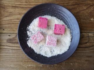 火龙果椰蓉奶冻,给每个火龙果牛奶冻沾满椰蓉。