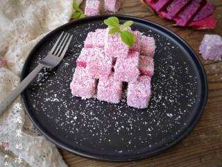 火龙果椰蓉奶冻,加小叶子装饰。