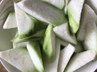 蛤蜊丝瓜汤,丝瓜削皮后滚刀切备用。